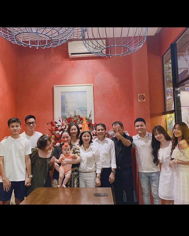 Quang Hải rạng ngời kế bên Huỳnh Anh khi chụp ảnh gia đình, đảm đang vào bếp trong ngày sinh nhật chị dâu - Ảnh 2.