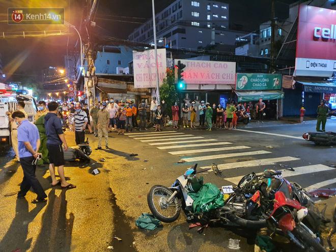 Nhân chứng kể lại giây phút kinh hoàng xe Camry tông hàng loạt xe máy ở Sài Gòn: Người bị thương nằm la liệt, chảy máu nhiều lắm - ảnh 2