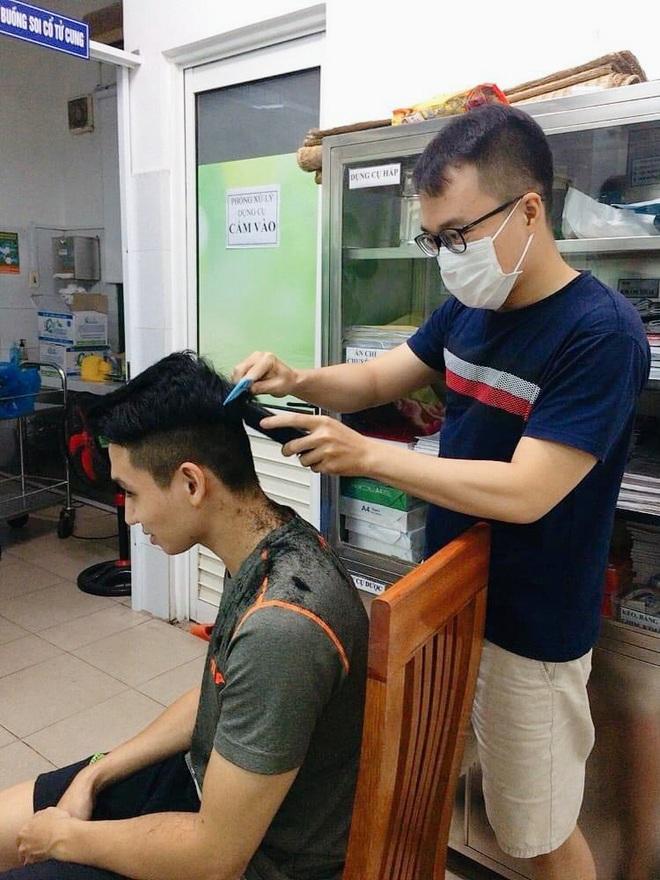 Những hình ảnh giản dị mà dễ thương của các y bác sĩ bên trong Bệnh viện Đà Nẵng - ảnh 2