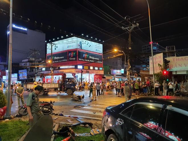Nóng: Xe Camry cuốn một loạt xe máy ngay ngã tư ở Sài Gòn, rất nhiều người bị thương nằm la liệt trên đường - ảnh 4