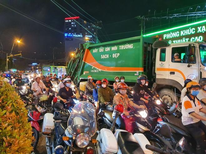 Nóng: Xe Camry cuốn một loạt xe máy ngay ngã tư ở Sài Gòn, rất nhiều người bị thương nằm la liệt trên đường - ảnh 9