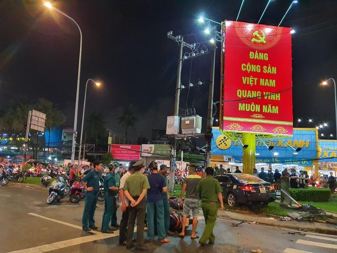 Nóng: Xe Camry cuốn một loạt xe máy ngay ngã tư ở Sài Gòn, rất nhiều người bị thương nằm la liệt trên đường - ảnh 8