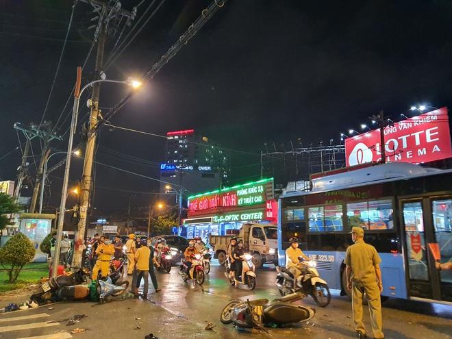 Nóng: Xe Camry cuốn một loạt xe máy ngay ngã tư ở Sài Gòn, rất nhiều người bị thương nằm la liệt trên đường - ảnh 6
