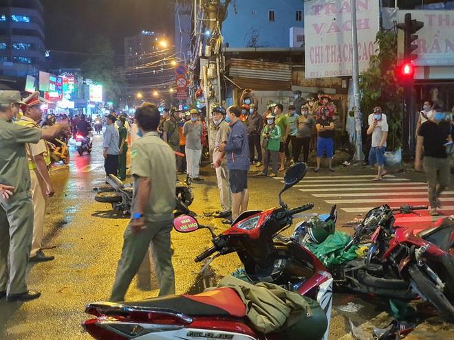 Nóng: Xe Camry cuốn một loạt xe máy ngay ngã tư ở Sài Gòn, rất nhiều người bị thương nằm la liệt trên đường - ảnh 7