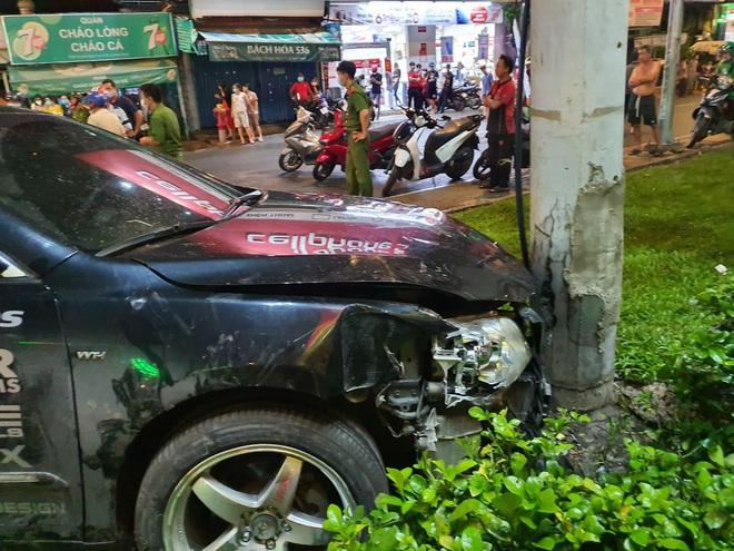Ảnh: Hiện trường vụ xe Camry cuốn hàng loạt xe máy, khiến nhiều người bị thương ở Sài Gòn