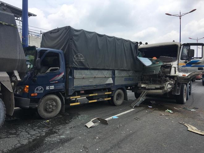 TP.HCM: Cầu vượt Thủ Đức bị phong toả hơn 2h vì tai nạn liên hoàn - ảnh 3