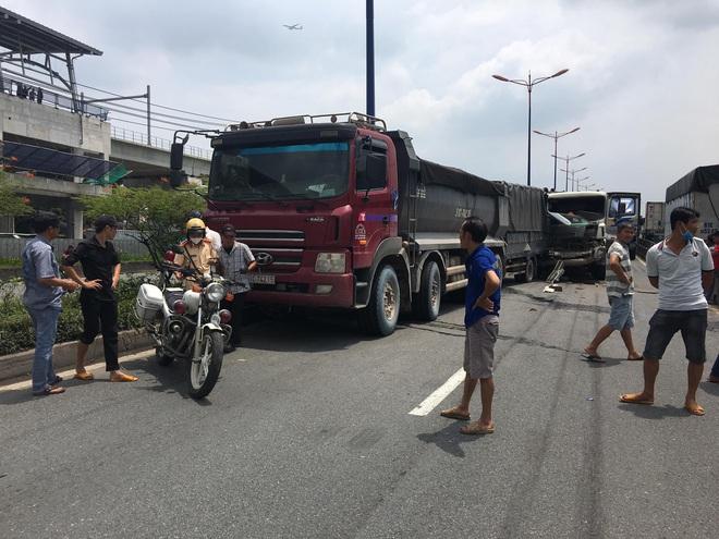 TP.HCM: Cầu vượt Thủ Đức bị phong toả hơn 2h vì tai nạn liên hoàn - ảnh 1