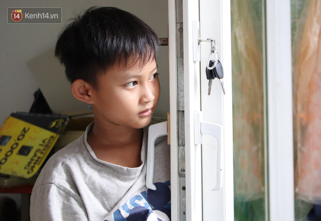 Bố bỏ nhà theo vợ nhỏ, bé trai 9 tuổi đi bán vé số khắp Sài Gòn kiếm tiền chữa bệnh cho người mẹ tật nguyền - ảnh 5