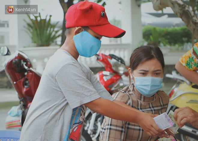 Bố bỏ nhà theo vợ nhỏ, bé trai 9 tuổi đi bán vé số khắp Sài Gòn kiếm tiền chữa bệnh cho người mẹ tật nguyền - ảnh 13