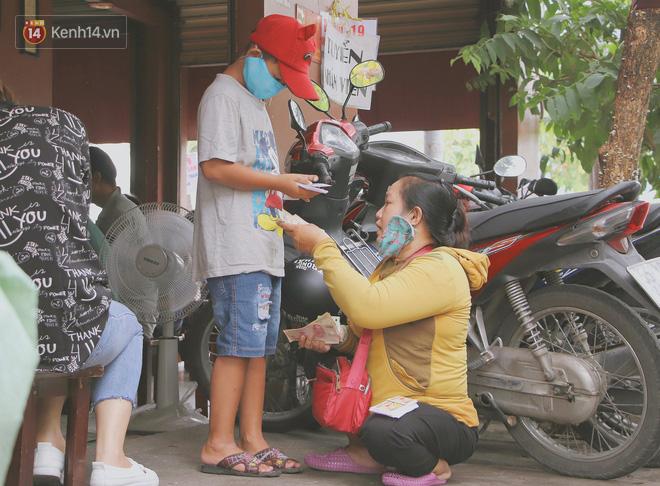 Bố bỏ nhà theo vợ nhỏ, bé trai 9 tuổi đi bán vé số khắp Sài Gòn kiếm tiền chữa bệnh cho người mẹ tật nguyền - ảnh 15