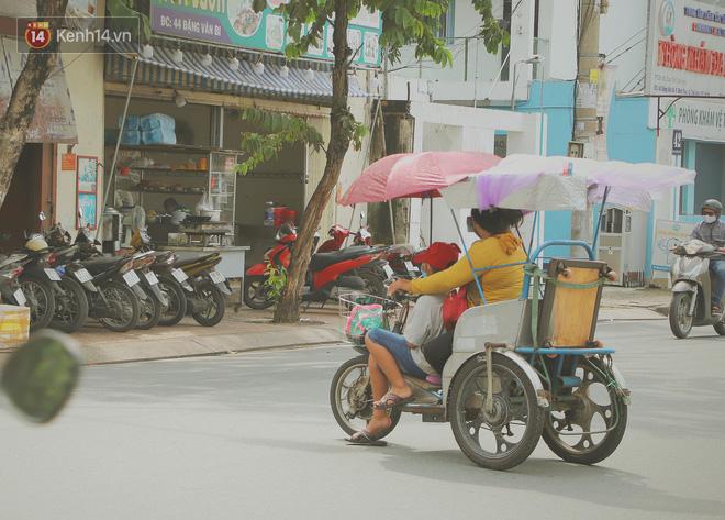 Bố bỏ nhà theo vợ nhỏ, bé trai 9 tuổi đi bán vé số khắp Sài Gòn kiếm tiền chữa bệnh cho người mẹ tật nguyền - ảnh 11