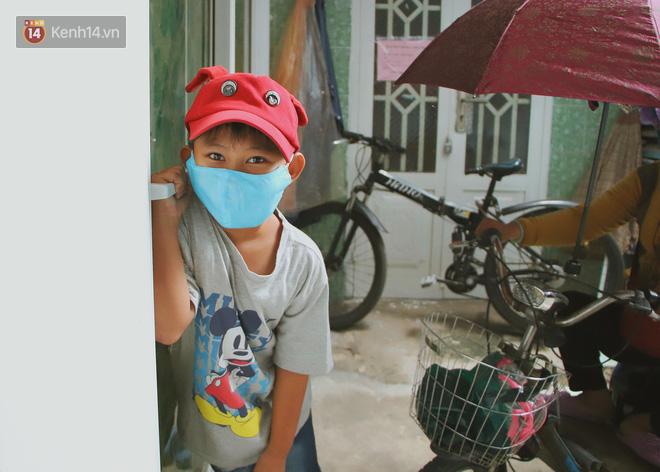 Bố bỏ nhà theo vợ nhỏ, bé trai 9 tuổi đi bán vé số khắp Sài Gòn kiếm tiền chữa bệnh cho người mẹ tật nguyền - ảnh 3
