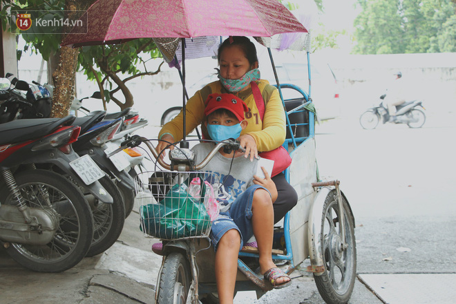 Bố bỏ nhà theo vợ nhỏ, bé trai 9 tuổi đi bán vé số khắp Sài Gòn kiếm tiền chữa bệnh cho người mẹ tật nguyền - ảnh 10