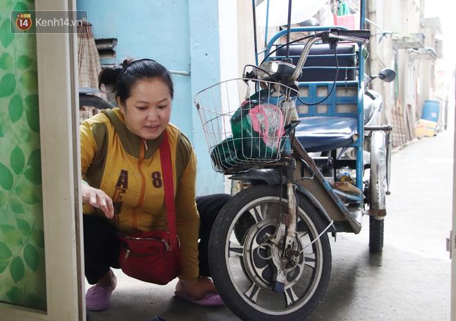 Bố bỏ nhà theo vợ nhỏ, bé trai 9 tuổi đi bán vé số khắp Sài Gòn kiếm tiền chữa bệnh cho người mẹ tật nguyền - ảnh 2