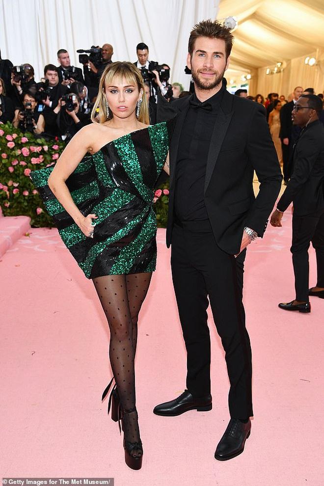 Vừa chia tay Cody, Miley Cyrus đã hé lộ quá khứ gây sốc: Quan hệ lần đầu với 2 cô gái, nói dối chồng cũ Liam suốt 10 năm - ảnh 2