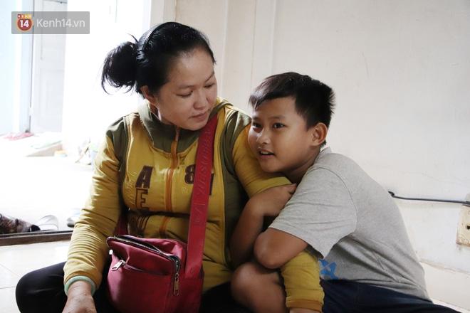 Bố bỏ nhà theo vợ nhỏ, bé trai 9 tuổi đi bán vé số khắp Sài Gòn kiếm tiền chữa bệnh cho người mẹ tật nguyền - ảnh 8