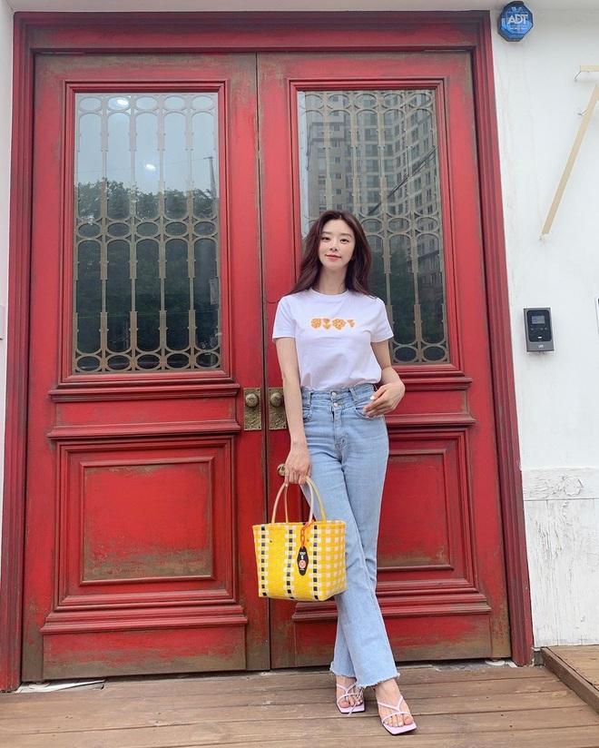 Sao Hàn có 10 cách diện áo phông trắng xinh nức nở, bạn cứ học theo là style chẳng bao giờ bị chê nhạt - ảnh 2