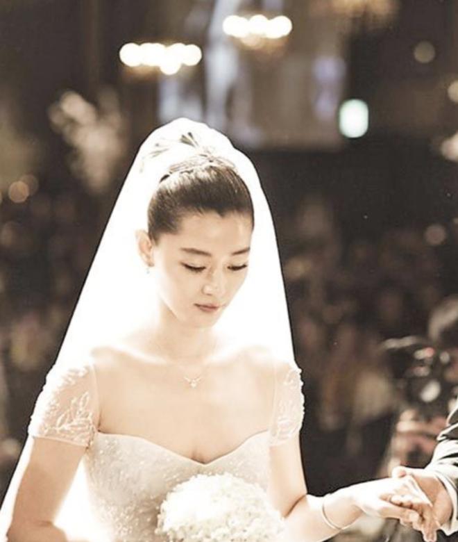 """Đào lại váy cưới của dàn mỹ nhân huyền thoại, dân Hàn mới thấy """"trùm cuối"""" là Kim Ha Neul chứ không phải Han Ga In hay Jeon Ji Hyun - Ảnh 3."""
