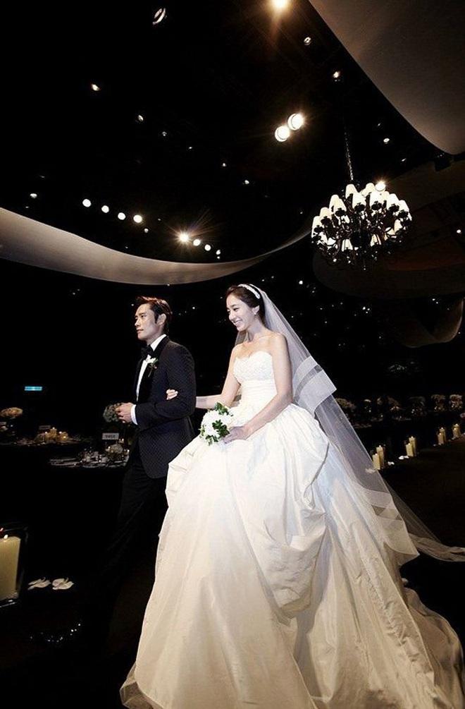 """Đào lại váy cưới của dàn mỹ nhân huyền thoại, dân Hàn mới thấy """"trùm cuối"""" là Kim Ha Neul chứ không phải Han Ga In hay Jeon Ji Hyun - Ảnh 5."""