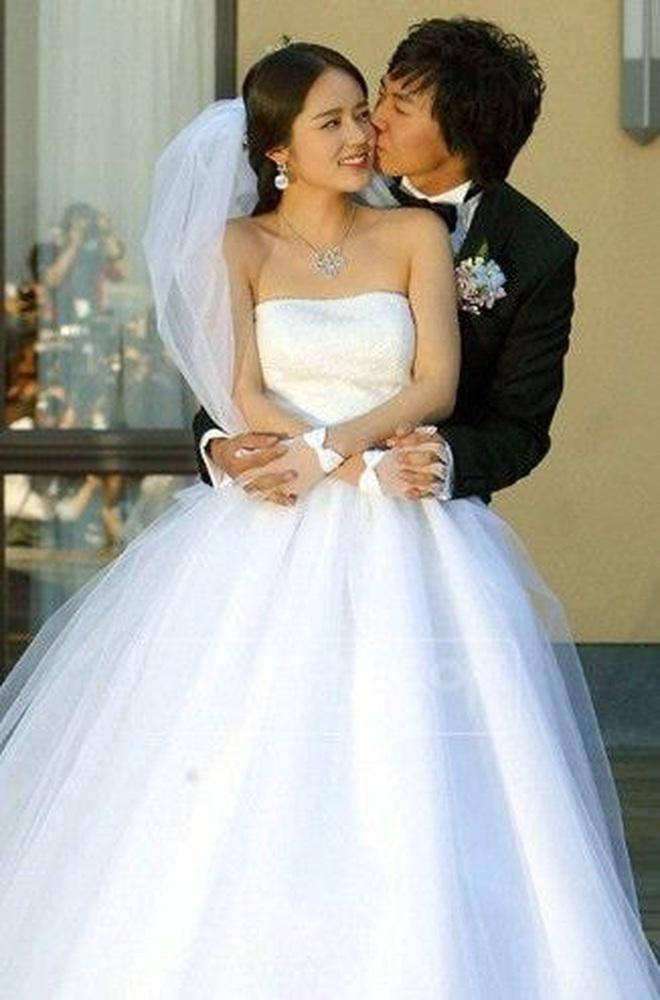 """Đào lại váy cưới của dàn mỹ nhân huyền thoại, dân Hàn mới thấy """"trùm cuối"""" là Kim Ha Neul chứ không phải Han Ga In hay Jeon Ji Hyun - Ảnh 1."""