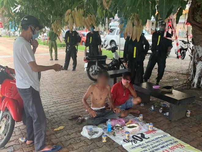 Xử lý nhóm ma men tụ tập ăn nhậu nơi công cộng, chống đối công an phường - ảnh 1