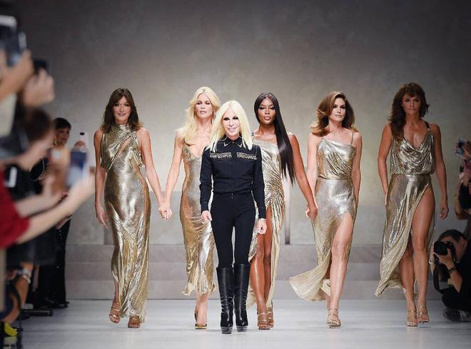 Cuộc đời đầy nước mắt phía sau ánh hào quang của Nữ vương đế chế Versace: Từ búp bê sống của anh trai đến thảm hoạ thẩm mỹ thời đại - ảnh 13