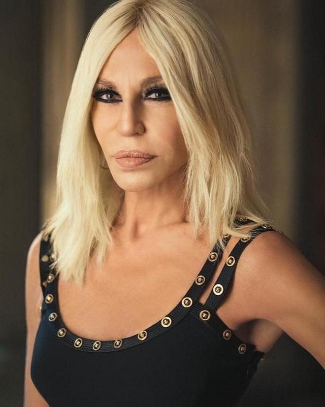 Cuộc đời đầy nước mắt phía sau ánh hào quang của Nữ vương đế chế Versace: Từ búp bê sống của anh trai đến thảm hoạ thẩm mỹ thời đại - ảnh 17