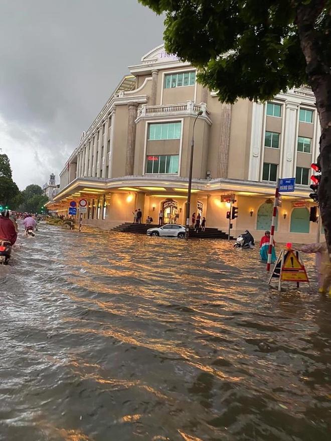 """Mưa lớn trút xuống hàng giờ khiến nhiều tuyến phố Hà Nội thành sông, ô tô và xe máy """"bơi"""" trong nước - Ảnh 1."""