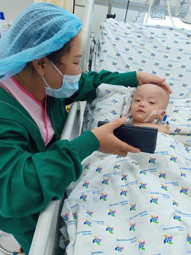 Ảnh: Hai chị em Trúc Nhi - Diệu Nhi tươi cười xem điện thoại, cầm bình sữa uống hết sau 18 ngày phẫu thuật - ảnh 3
