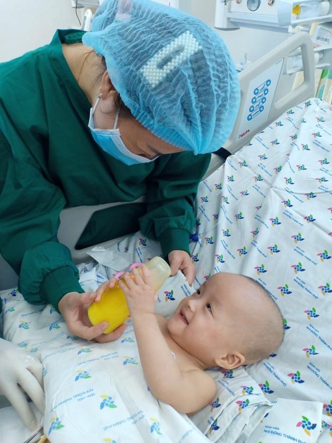 Ảnh: Hai chị em Trúc Nhi - Diệu Nhi tươi cười xem điện thoại, cầm bình sữa uống hết sau 18 ngày phẫu thuật - ảnh 4