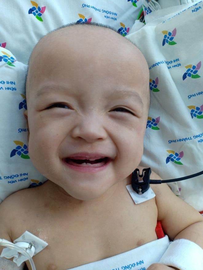 Ảnh: Hai chị em Trúc Nhi - Diệu Nhi tươi cười xem điện thoại, cầm bình sữa uống hết sau 18 ngày phẫu thuật - ảnh 2