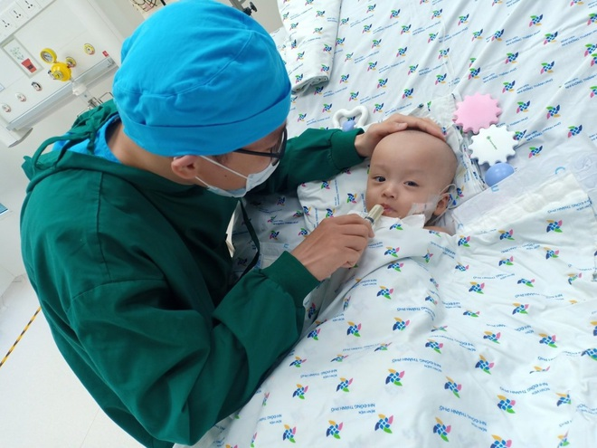 Ảnh: Hai chị em Trúc Nhi - Diệu Nhi tươi cười xem điện thoại, cầm bình sữa uống hết sau 18 ngày phẫu thuật - ảnh 1