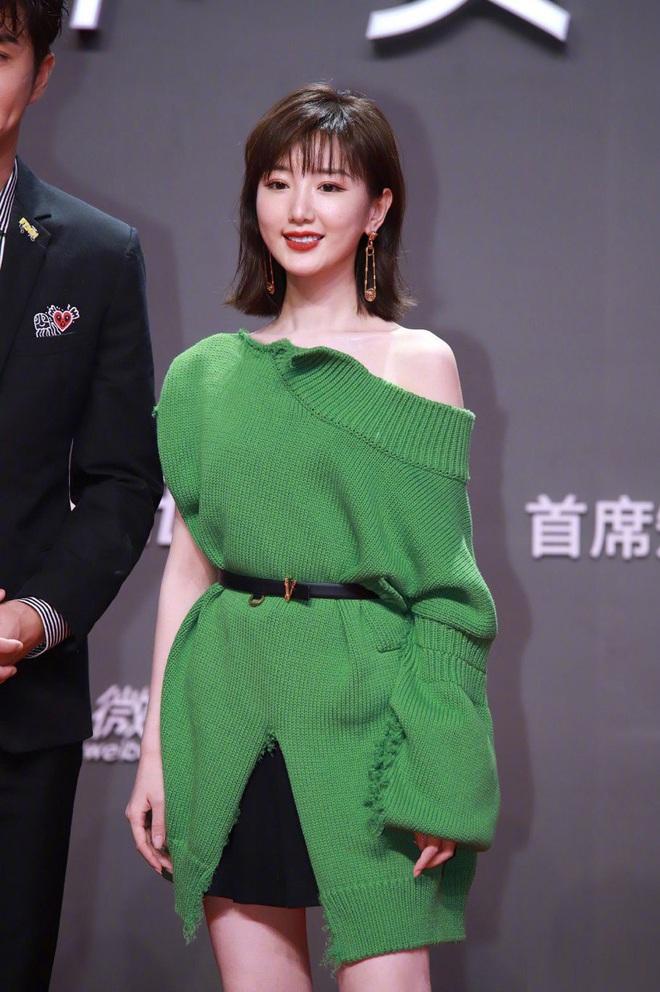 Tam ca 30 Chưa Phải Là Hết mặc xấu phá đảo thảm đỏ Tencent, các chị lại đắc tội để stylist phải dỗi hay gì? - ảnh 5