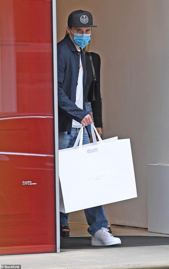 Khi Brooklyn Beckham đưa hôn thê tài phiệt và Harper đi mua sắm: Anh biến thành khuôn vác, còn 2 chị em đi diễn hay gì? - ảnh 5