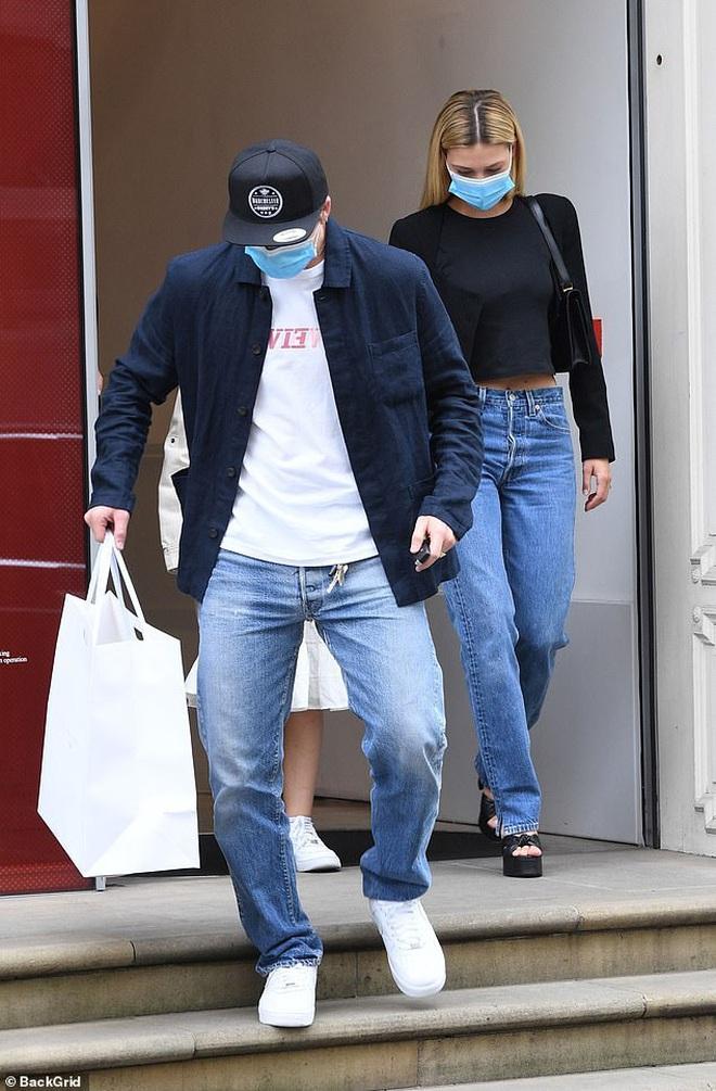 Khi Brooklyn Beckham đưa hôn thê tài phiệt và Harper đi mua sắm: Anh biến thành khuôn vác, còn 2 chị em đi diễn hay gì? - ảnh 4