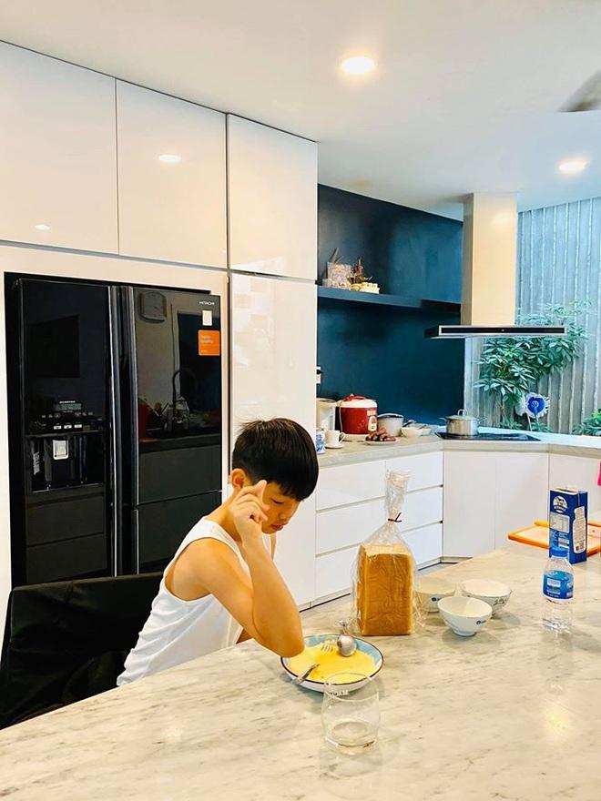 Hà Hồ quả là số hưởng: Cuối tuần được con trai vào bếp nấu ăn tẩm bổ, Kim Lý quấn lấy vợ bầu không rời! - ảnh 2