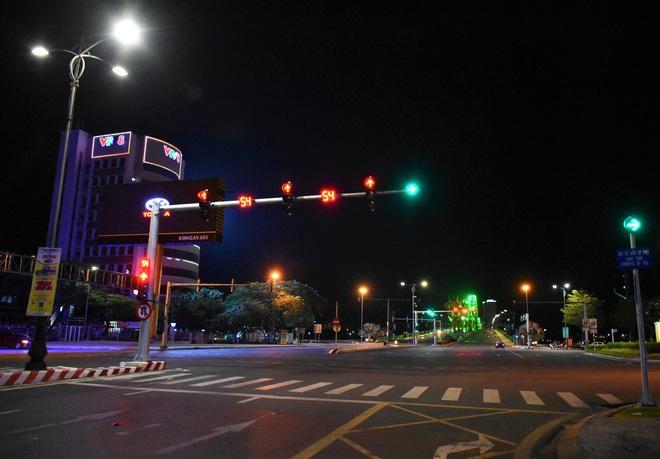 Những con phố lặng thinh trong đêm cuối tuần cách ly xã hội ở Đà Nẵng - ảnh 2