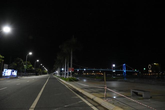 Những con phố lặng thinh trong đêm cuối tuần cách ly xã hội ở Đà Nẵng - ảnh 3