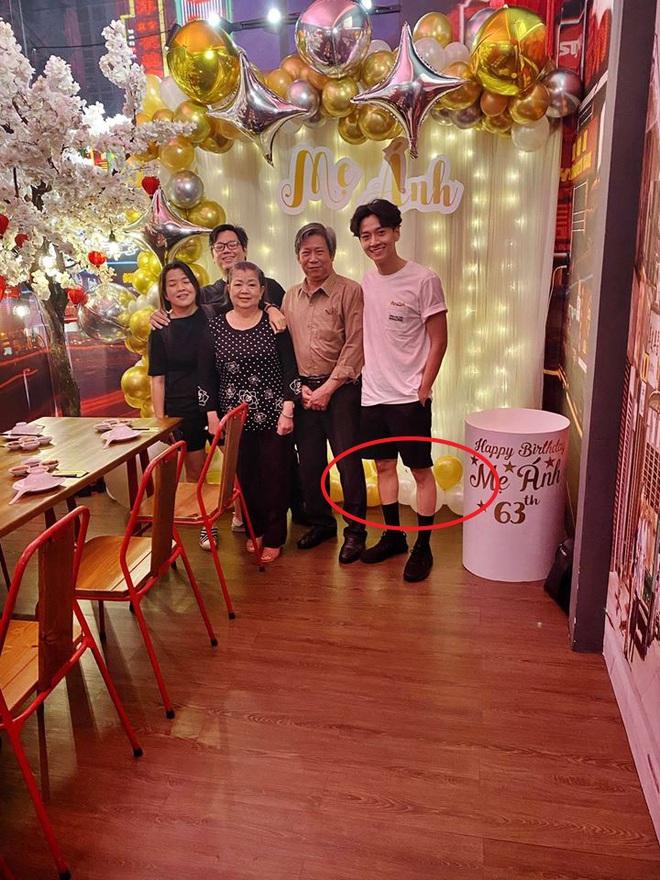 Ngô Kiến Huy hiếm hoi khoe ảnh cả gia đình dịp sinh nhật mẹ, nhưng nhìn đôi chân gầy như cây sậy mà choáng - ảnh 2