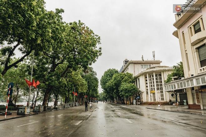 Phố đi bộ Hà Nội vắng tanh ngày cuối tuần trước thời tiết âm u - Ảnh 5.