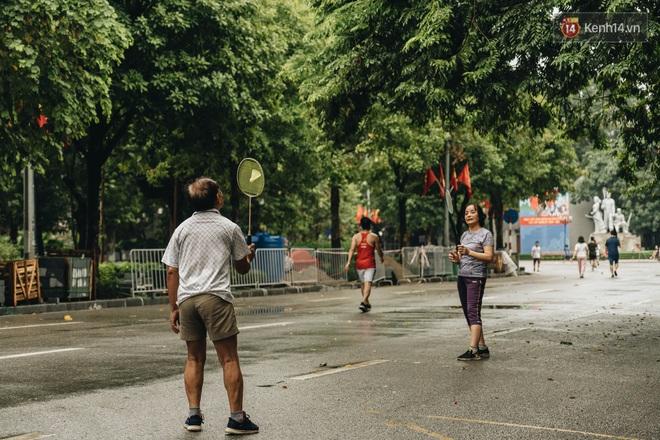 Phố đi bộ Hà Nội vắng tanh ngày cuối tuần trước thời tiết âm u - Ảnh 7.