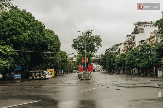 Phố đi bộ Hà Nội vắng tanh ngày cuối tuần trước thời tiết âm u - Ảnh 9.