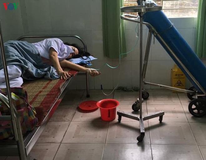 Một nhân viên y tế ở Đà Nẵng làm việc quá sức phải thở oxy - ảnh 1