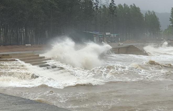 Bất chấp bão số 2 đang đổ bộ, người lớn vẫn đưa con nhỏ ra biển chơi - ảnh 1