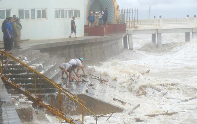 Bất chấp bão số 2 đang đổ bộ, người lớn vẫn đưa con nhỏ ra biển chơi - ảnh 2