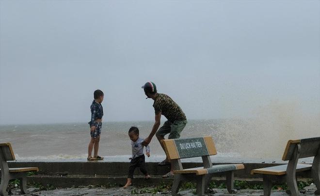 Bất chấp bão số 2 đang đổ bộ, người lớn vẫn đưa con nhỏ ra biển chơi - ảnh 5