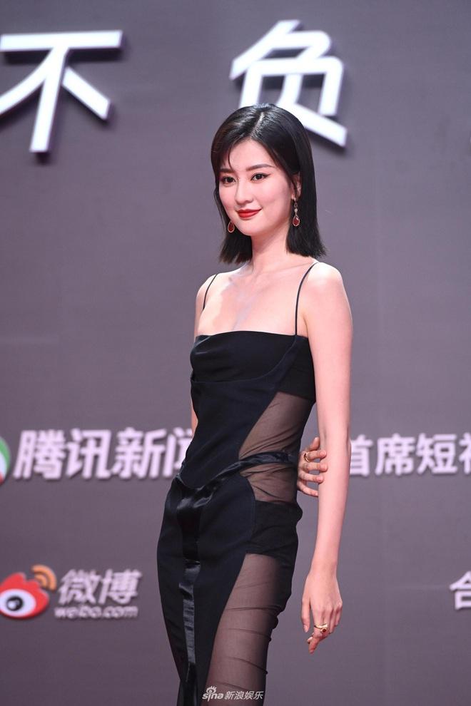 Tam ca 30 Chưa Phải Là Hết mặc xấu phá đảo thảm đỏ Tencent, các chị lại đắc tội để stylist phải dỗi hay gì? - ảnh 8