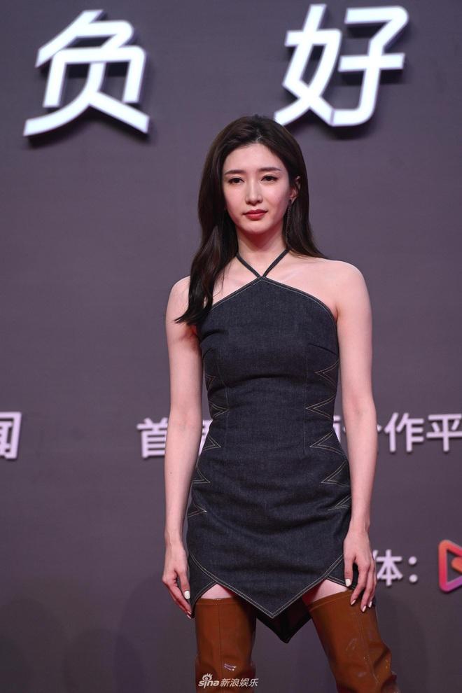 Tam ca 30 Chưa Phải Là Hết mặc xấu phá đảo thảm đỏ Tencent, các chị lại đắc tội để stylist phải dỗi hay gì? - ảnh 4