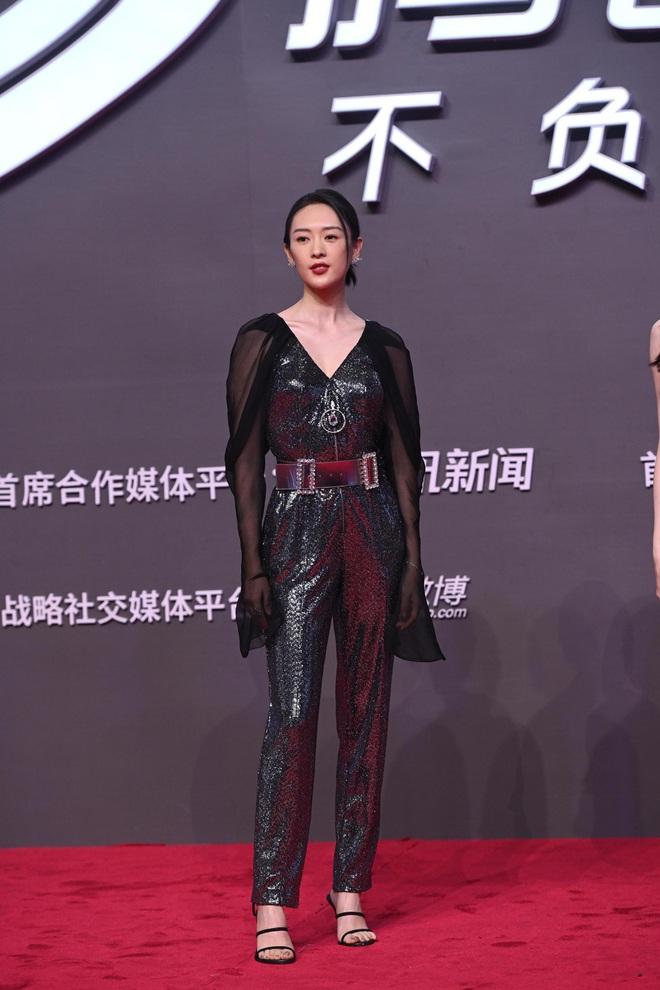 Tam ca 30 Chưa Phải Là Hết mặc xấu phá đảo thảm đỏ Tencent, các chị lại đắc tội để stylist phải dỗi hay gì? - ảnh 2