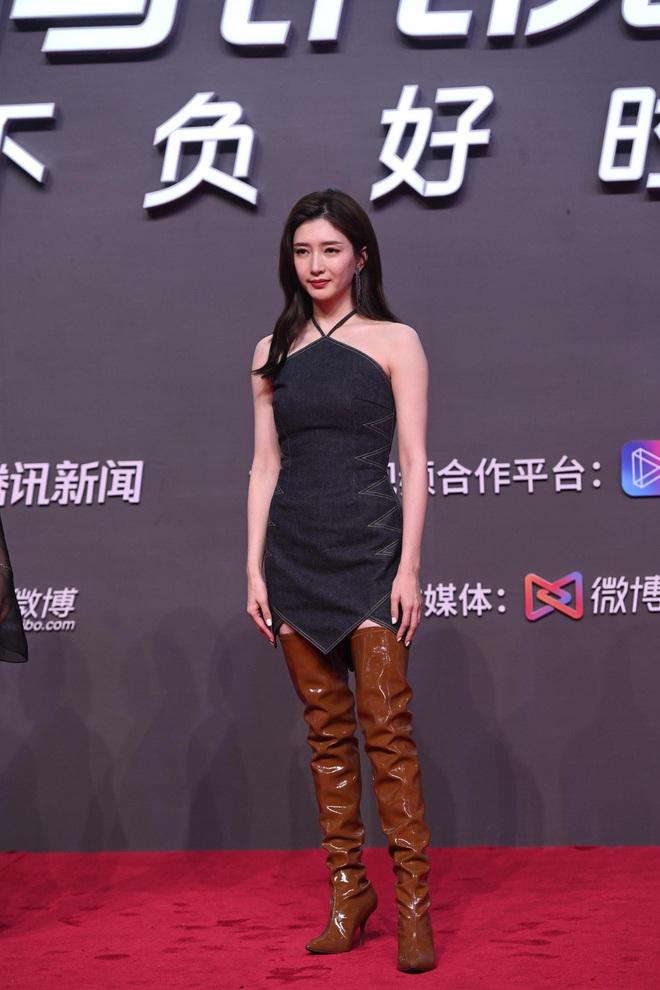 Tam ca 30 Chưa Phải Là Hết mặc xấu phá đảo thảm đỏ Tencent, các chị lại đắc tội để stylist phải dỗi hay gì? - ảnh 3